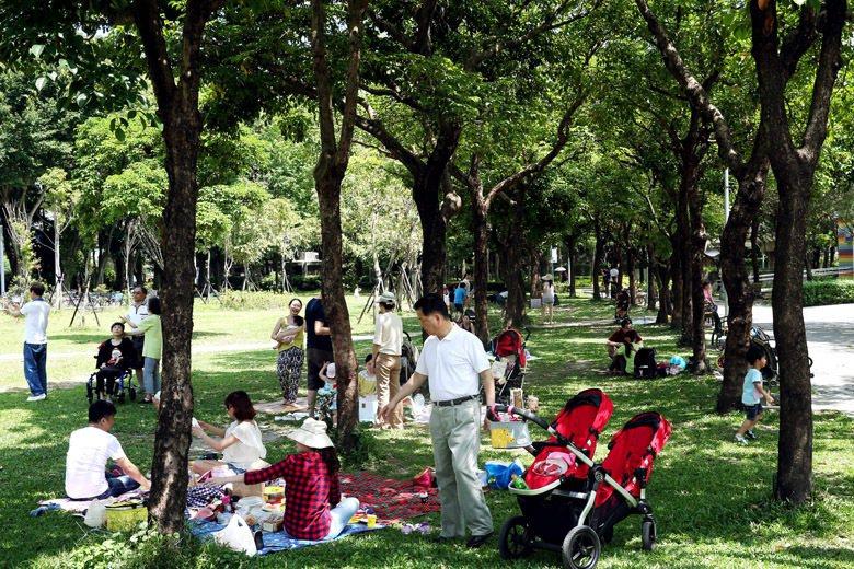 據台北市工務局統計,每一位台北市民平均可享用的綠地面積只有5.16平方公尺。圖為...