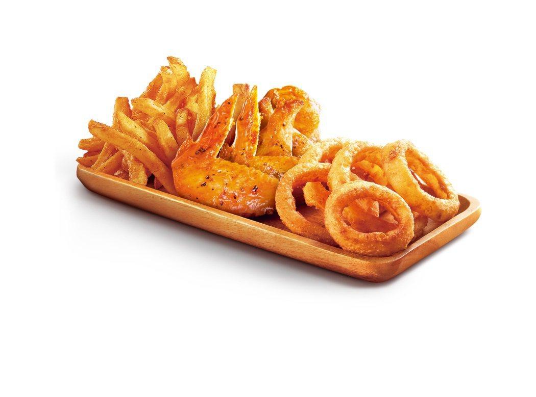 烤炸享樂拼盤也加入了全新上市的「川香椒麻烤翅」以辣椒、花椒、小茴香等多種香料醃漬...