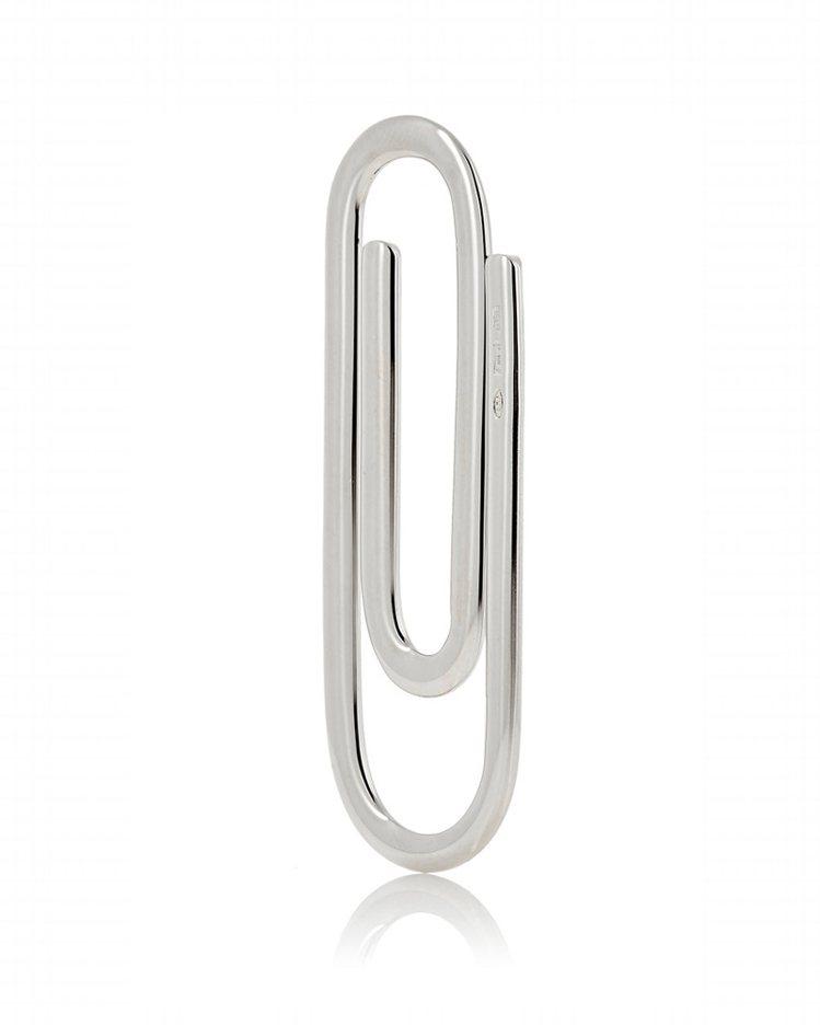 Prada銀製迴紋針印有「Prada」字樣。圖/擷自barneys