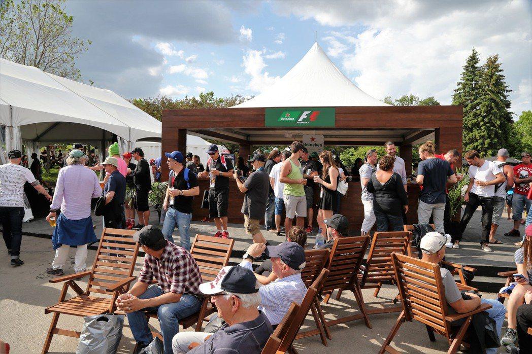 海尼根在F1的空地有攤位及舞台,營造悠閒飲酒聊天氣氛。 圖/海尼根提供
