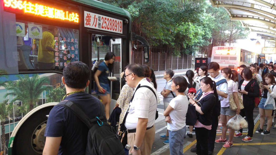 台北市區公車站牌少數有畫設排隊標線維持乘車秩序,如「圓山轉運站」因是客運轉乘點,...