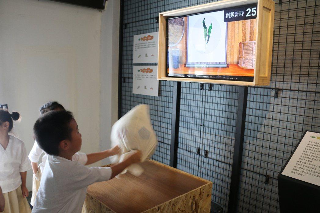 新北市坪林茶業博物館昨啟用「曉茶塾—數位互動探索空間」,結合AR、VR,讓遊客體...