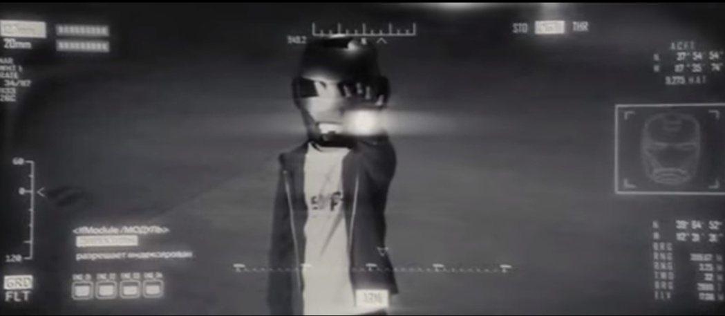 「鋼鐵人2」中曾有一段小男孩戴著鋼鐵人面具的戲。圖/翻攝自Youtube