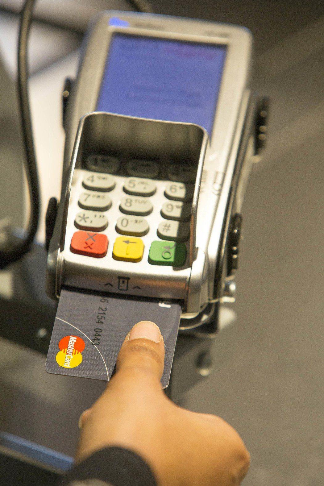 萬事達卡推出新一代生物辨識卡,指紋加密儲存至晶片卡,手指放在卡片上認證就完成交易...
