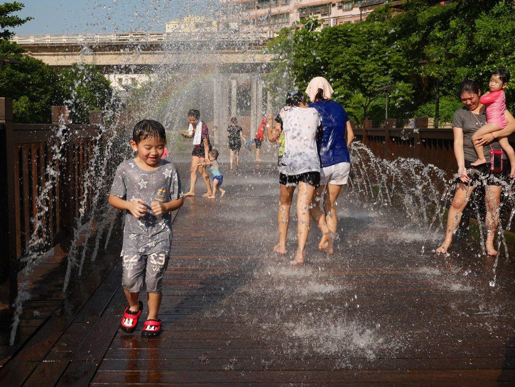 去年爆紅的暖暖親水公園,7月5日重登場。圖/本報資料照片