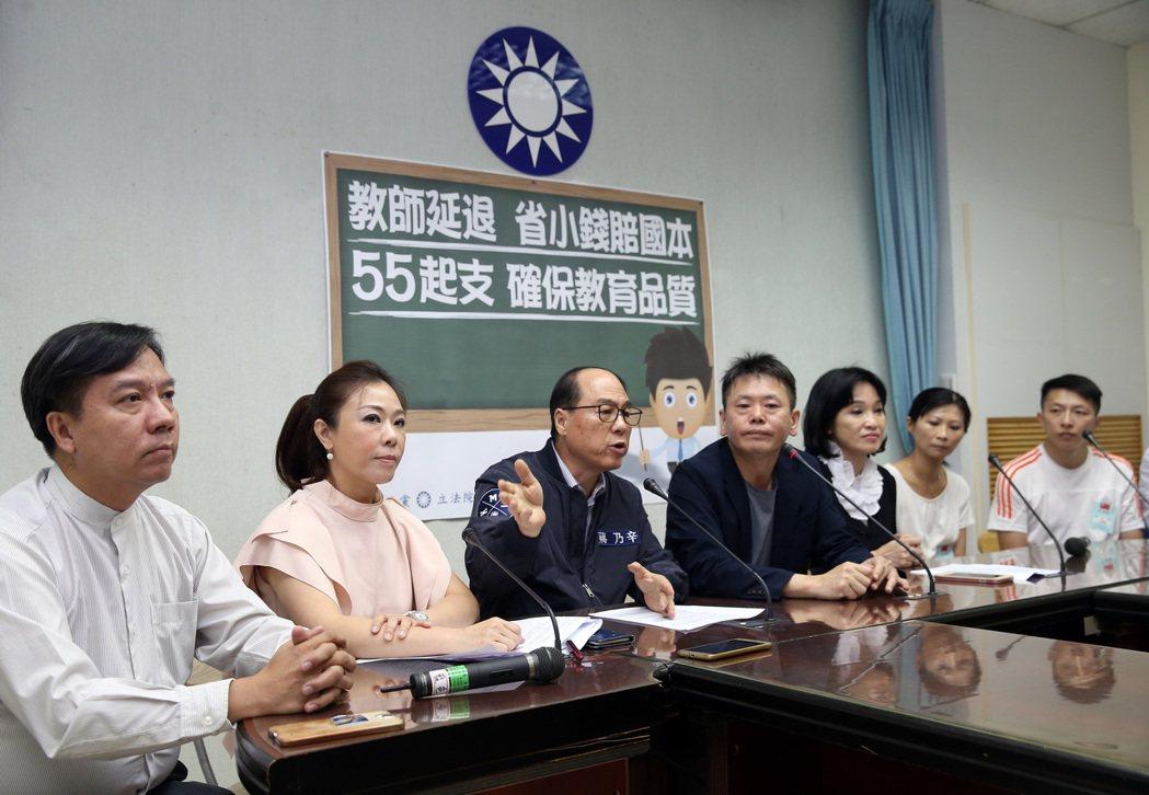 國民黨團首席副書記長林為洲(左四)、立委柯志恩(左五)、李彥秀(左二)、蔣乃辛(...