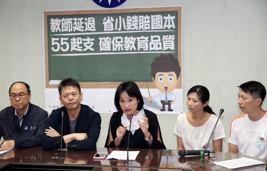 國民黨團首席副書記長林為洲(左二)、立委柯志恩(中)、蔣乃辛(左一),上午舉行「...