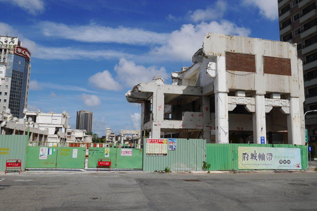 中國城於72年啟用,原為南台灣最繁華熱鬧的商圈之一,後來逐漸沒落,市府去年將其拆...
