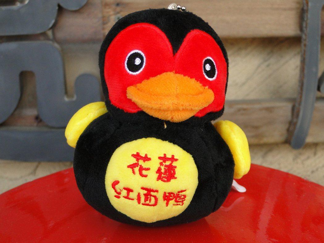 花曼包機直航紀念品中,花蓮觀光大使紅面鴨小布偶也入列。記者范振和∕攝影