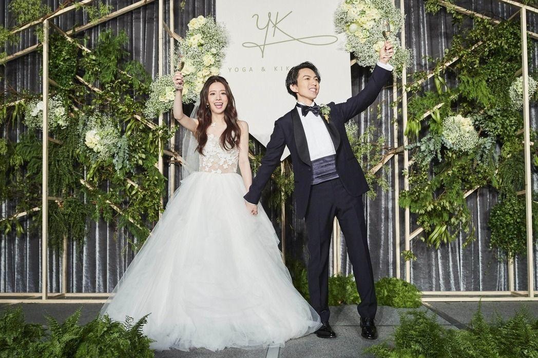 丁文琪在台北婚宴選穿MS.IDEAS訂製蕾絲花瓣婚紗。圖/華研提供