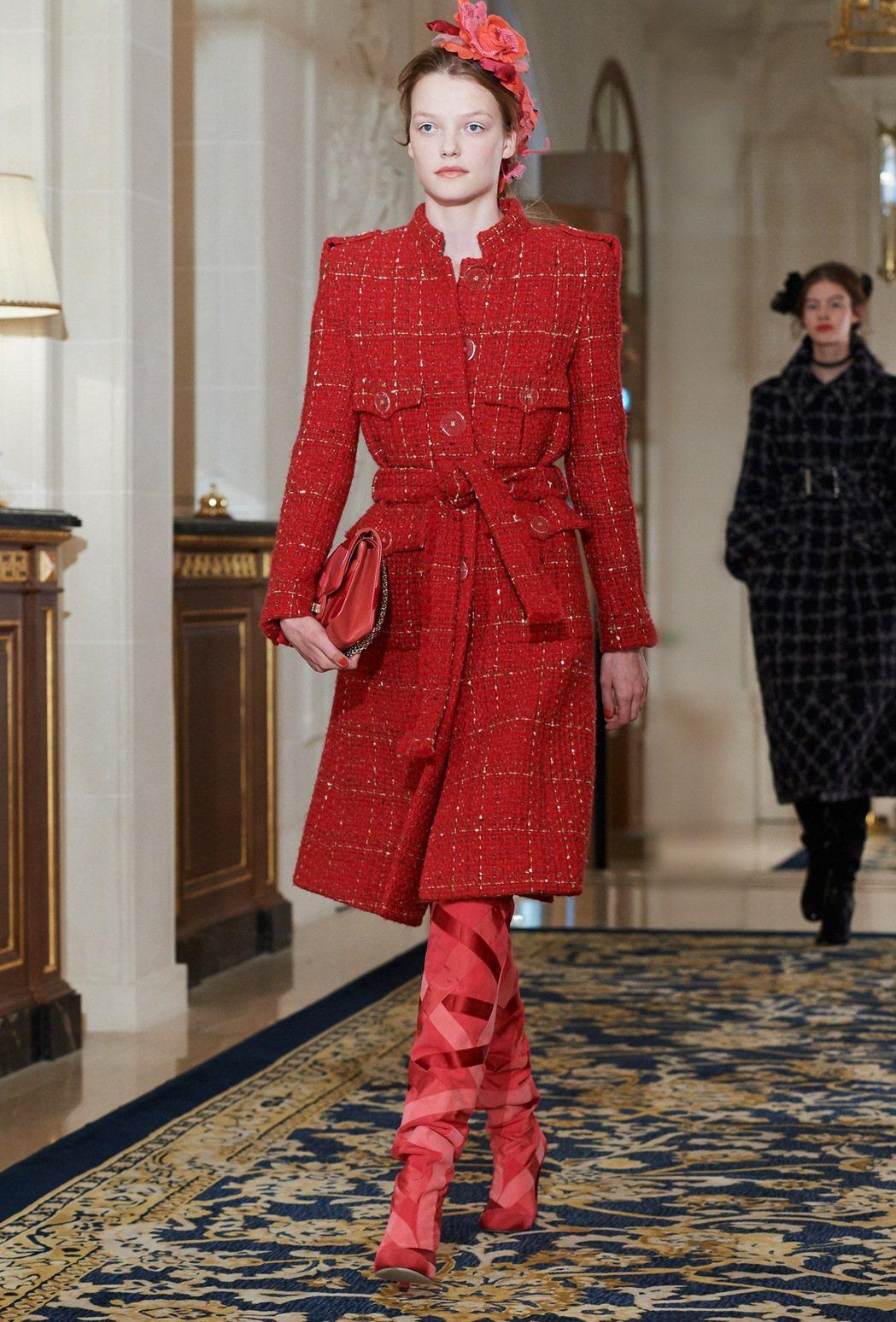 香奈兒2017巴黎大都會工坊系列女裝紅色斜紋軟呢大衣。圖/摘自微博