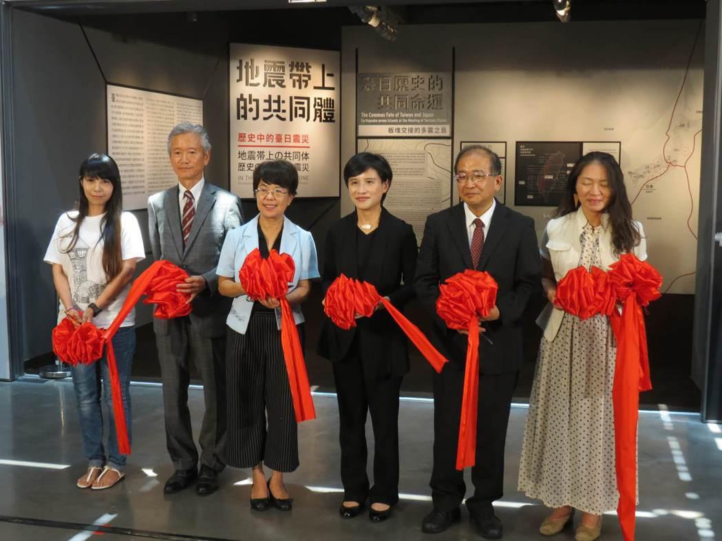 文化部長鄭麗君(右三)為台史博展覽剪綵,參觀結束被問到中央社董座人選時不願證實。...
