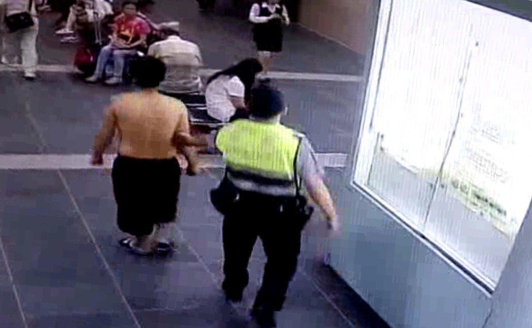 涉嫌攻擊女子遊民,裸露上身在站內大廳被警方盤查。圖/記者廖炳棋翻攝