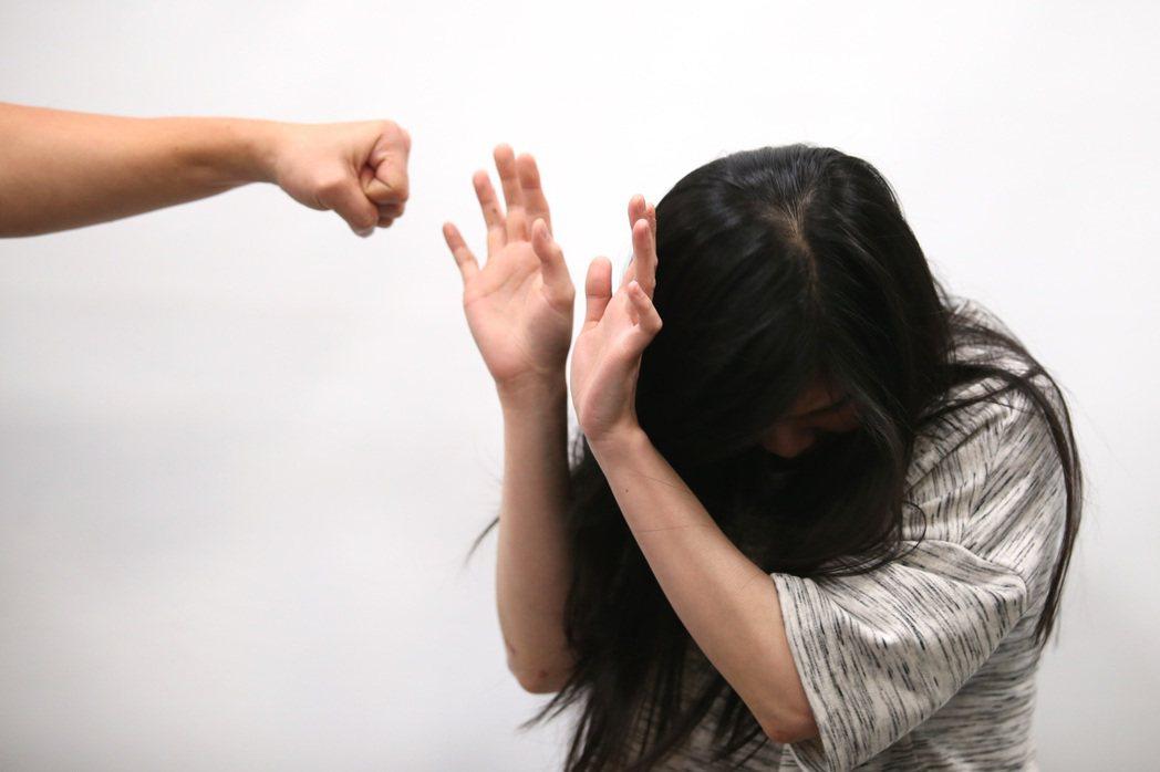 桃園市莊姓男子性侵女友表妹,今天被檢察官起訴。情境示意圖/報系資料照片