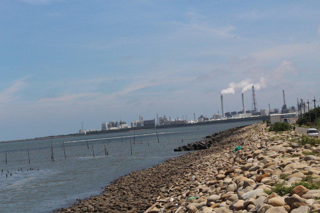 台化聚丙烯廠即日起歲修,將管線內的半成品送至燃燒塔燃燒。記者姜宜菁/攝影