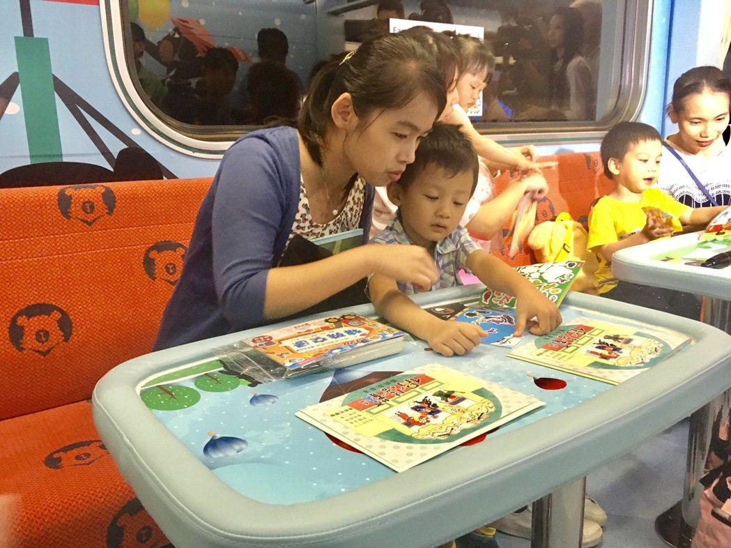 台鐵親子車廂設置親子互動區。記者雷光涵/攝影