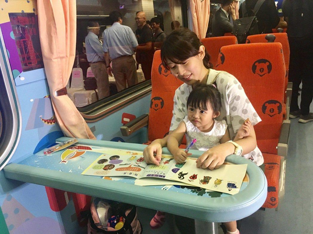 台鐵親子車廂設置親子桌。記者雷光涵/攝影