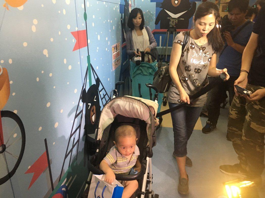 台鐵親子車廂設置娃娃車停放區。記者雷光涵/攝影