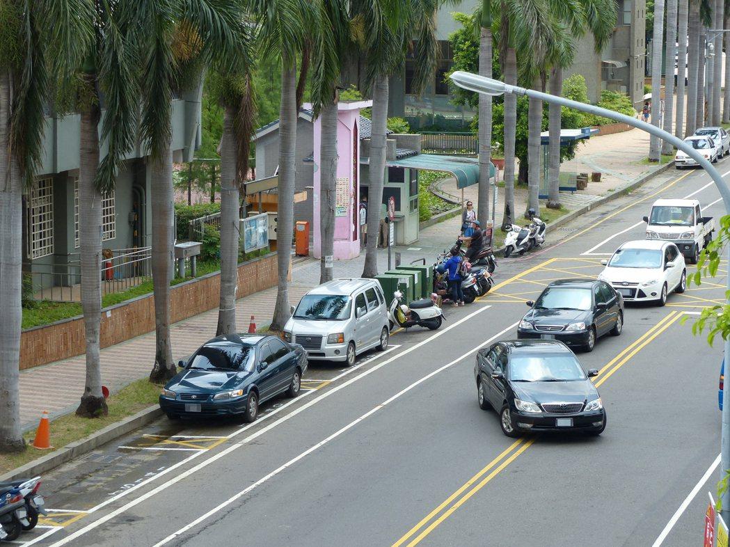 因部分學校擔心影響家長接送學童上下學,反對校門口前設置路邊收費停車格,彰化市第二...