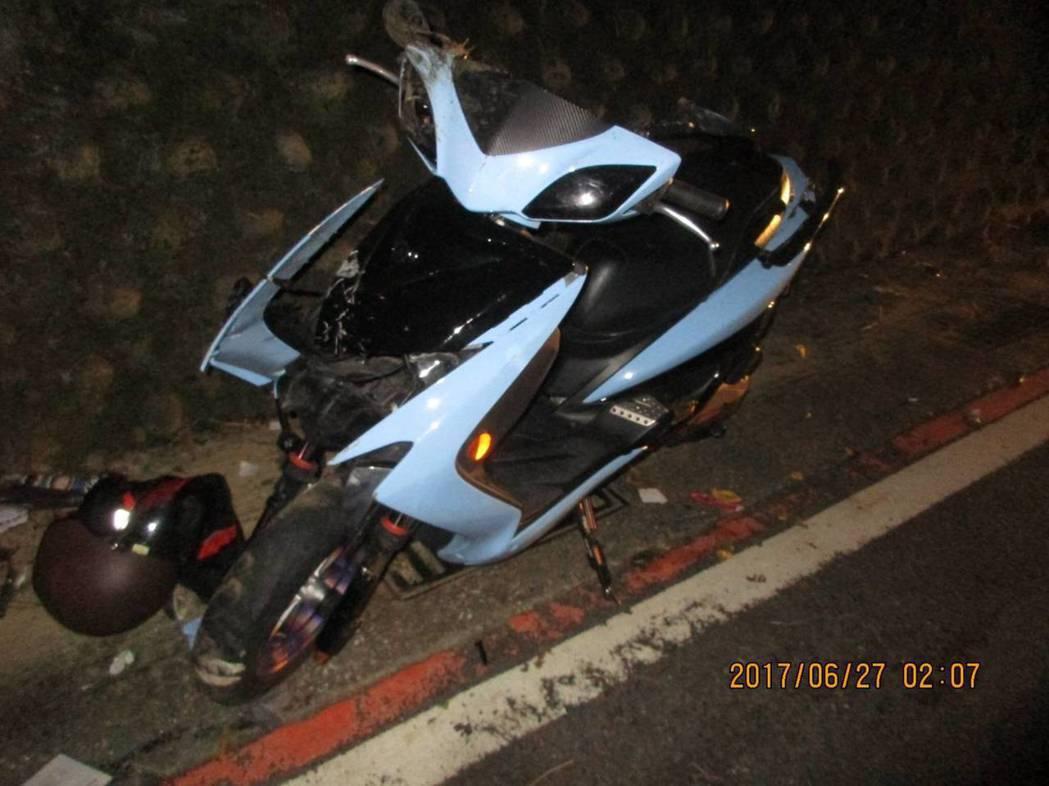 張男騎車自撞山壁,經搶救仍不治。記者曾健祐/翻攝