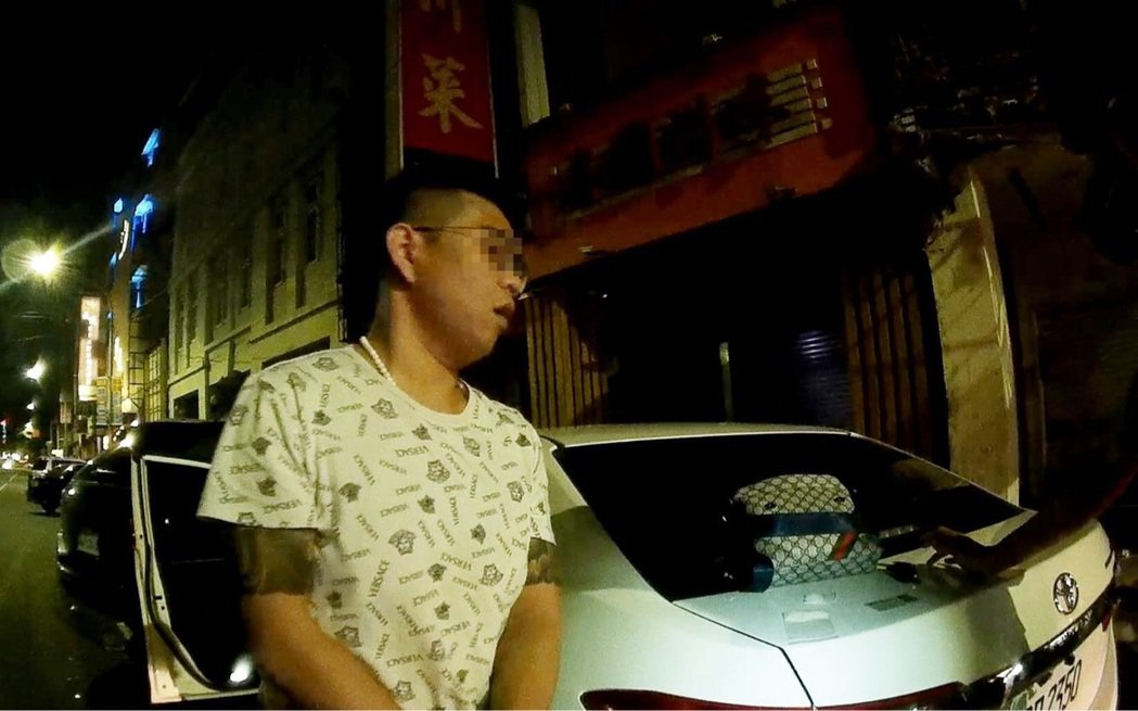 方姓男子車禍後被員警叫醒,堅持要看到媽媽才願接受警詢。記者林保光/翻攝
