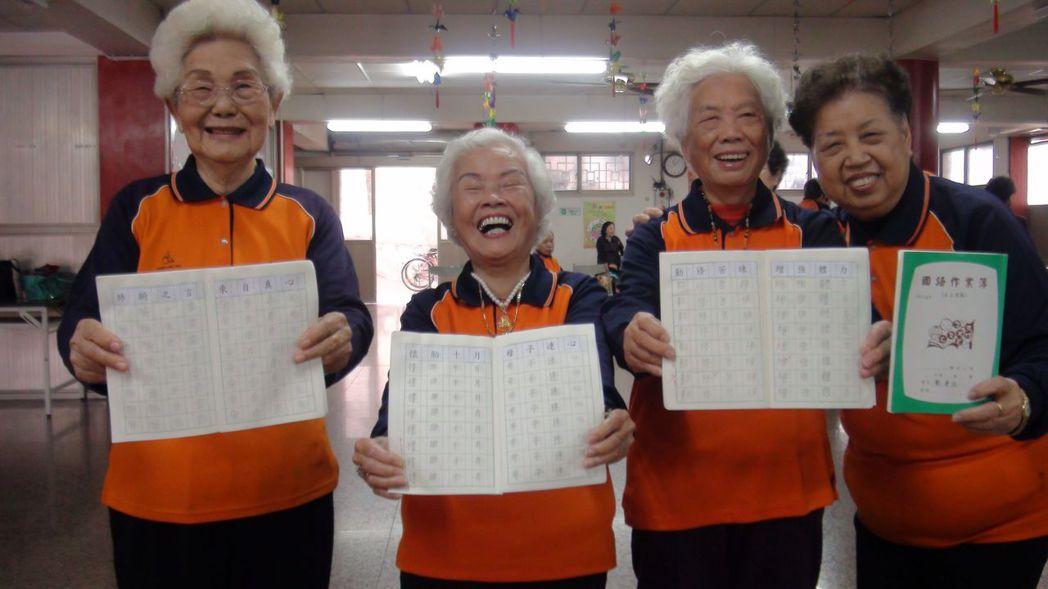嘉義市政府102年起提供敬老卡,鼓勵長輩搭公車外出走走。記者王慧瑛/攝影
