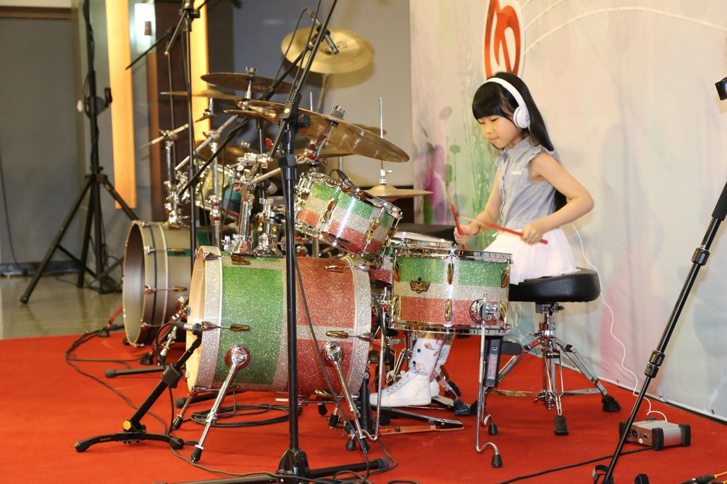 去年台中樂器節演奏比賽爵士鼓學生組第二名「叮叮」是歷年來年紀最小的參賽者,今年擔...