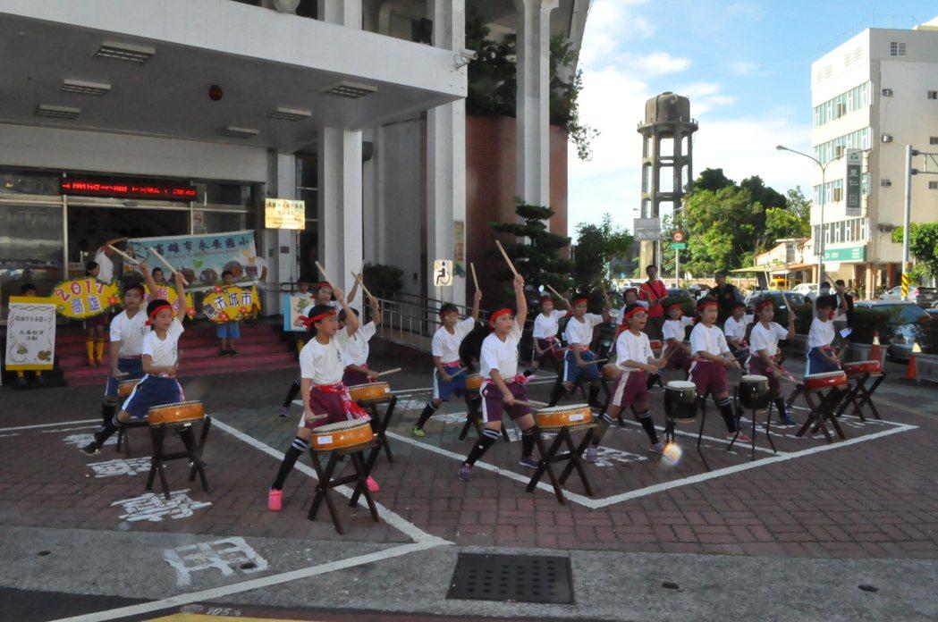 高雄市永安國小鼓術隊在岡山警分局前表演大鼓,一起參與反毒活動。記者黃宣翰/攝影
