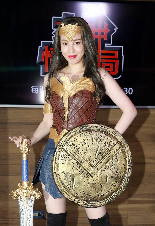 由親民女神張艾亞將主持的Up直播節目「女神情爆局」,開播記者會上以神力女超人裝扮...