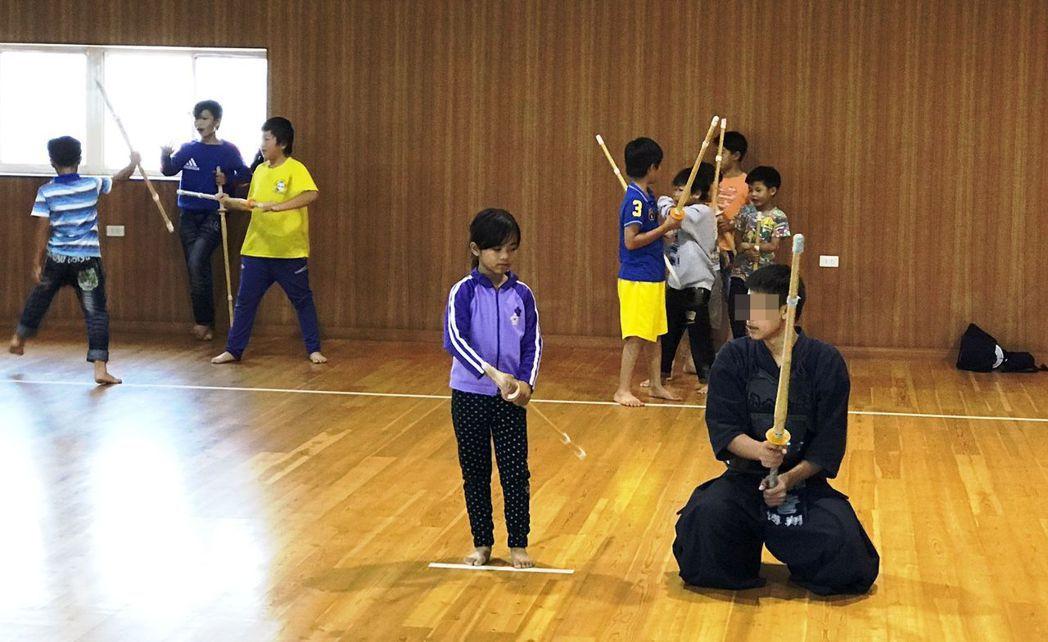 晨陽學園學生擔任劍道助教,教二林家扶小朋友劍道基本動作。圖/莊益源提供