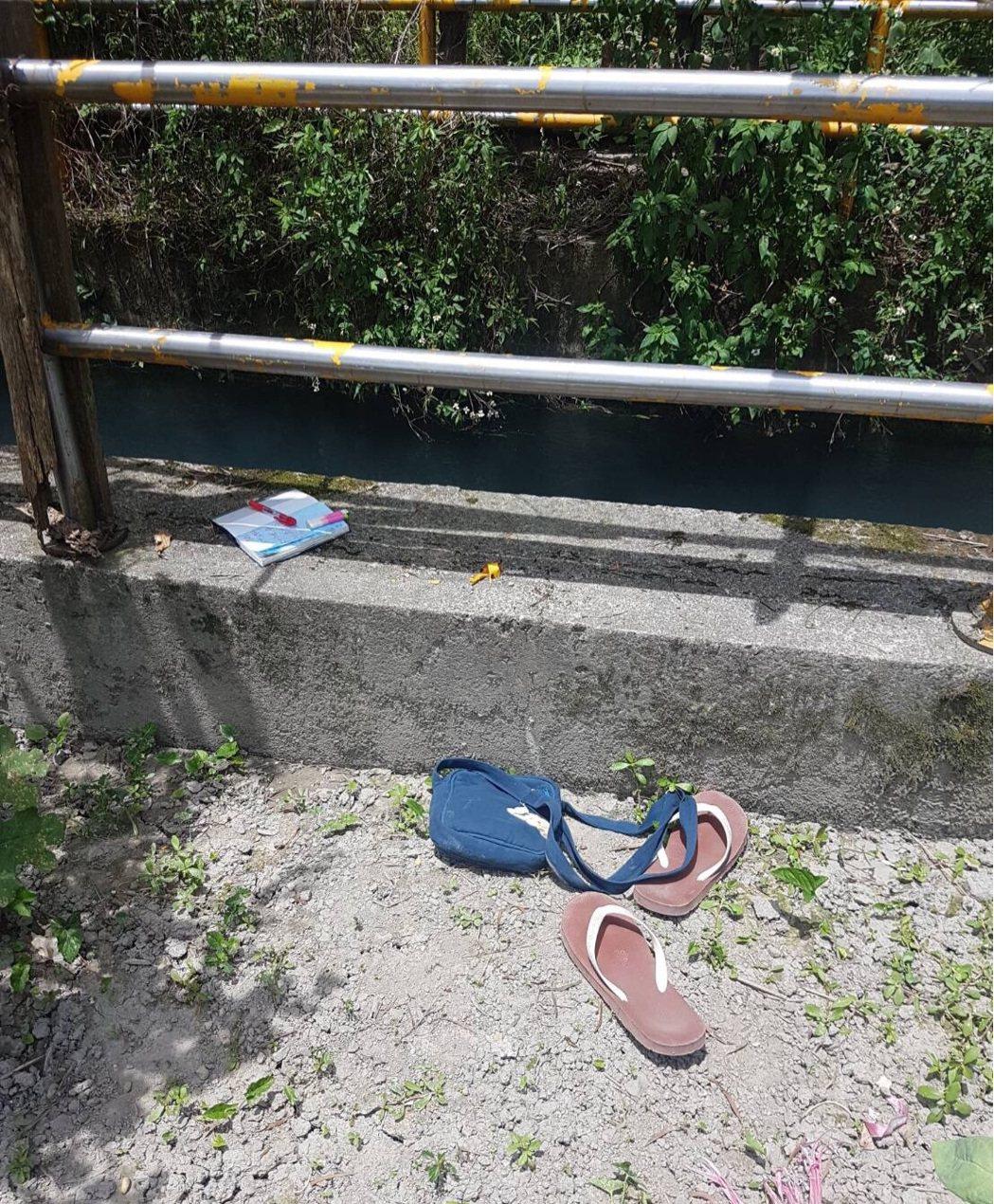 女子將拖鞋、包包及記事本留在水圳旁後,即跳水輕生。記者陳妍霖/翻攝