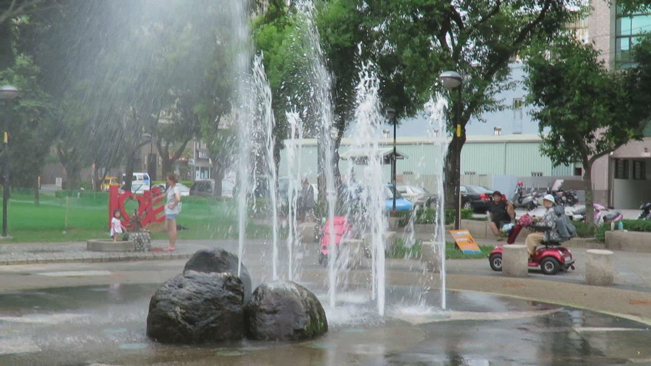 桃園市中壢區莒光公園,戲水噴泉最近每定時,噴水10到15分鐘,供民眾戲水消暑。記...