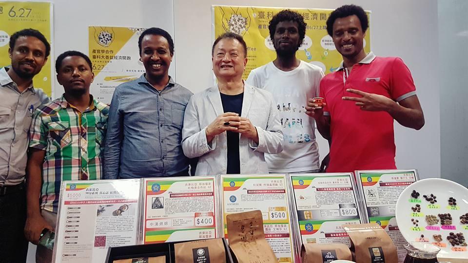 歐客佬農場副總經理王懋時(左三)藉由直接收購咖啡豆,幫助衣索比亞學生改善家庭環境...