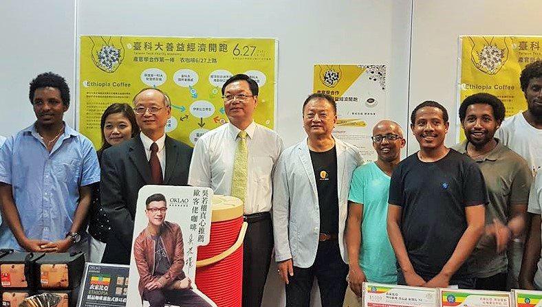 台科大校長廖慶榮(左四)和歐客佬農場副總經理王懋時(右四)共同協助衣索比亞學生。...