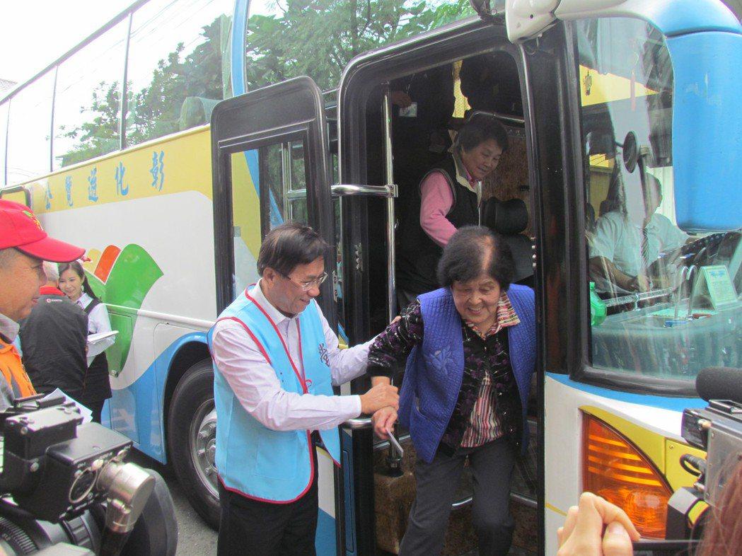 南投縣的老人乘車卡可搭車到彰化和台中等地,方便老人四處走動。圖/本報資料照片