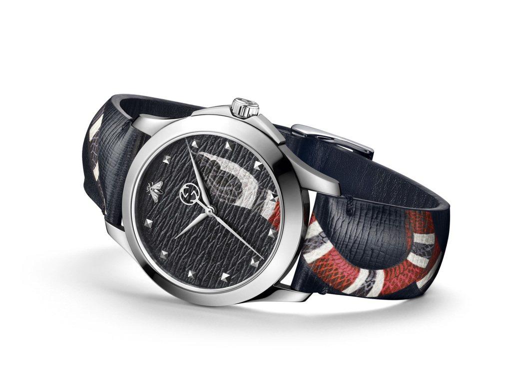 GUCCI奇蹟市集系列腕表,38毫米灰色皮革拓印蛇頭表盤,搭配不鏽鋼表殼、灰色拓...