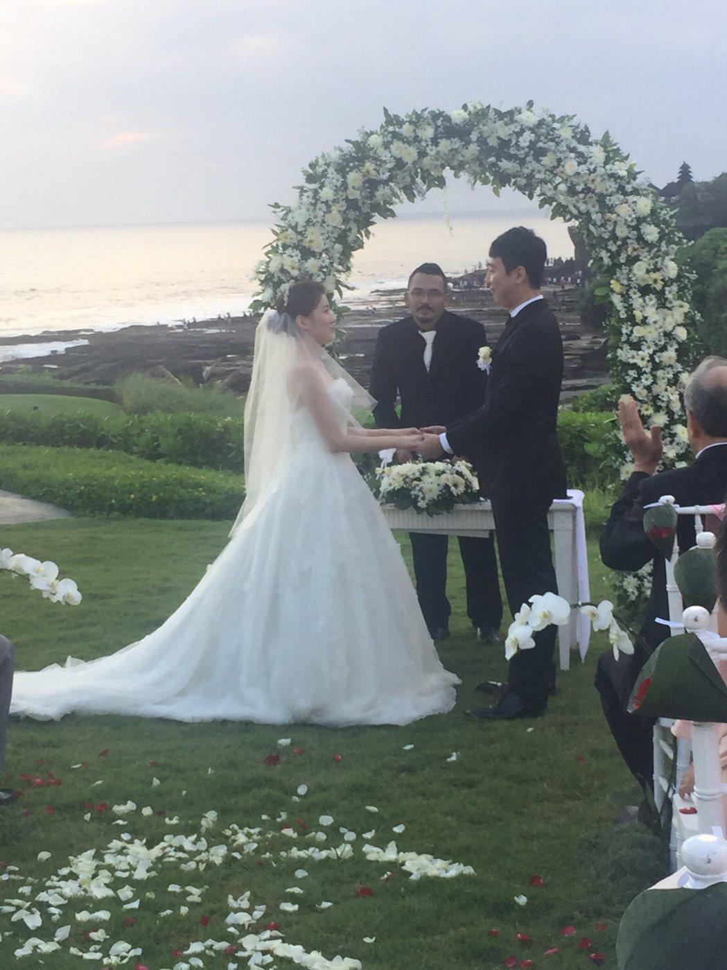三立主播張瓊方(右)舉行海外婚禮。圖/張瓊方提供