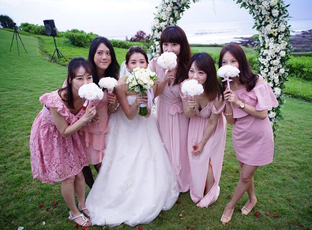 三立主播張瓊方(中)舉行海外婚禮。圖/張瓊方提供