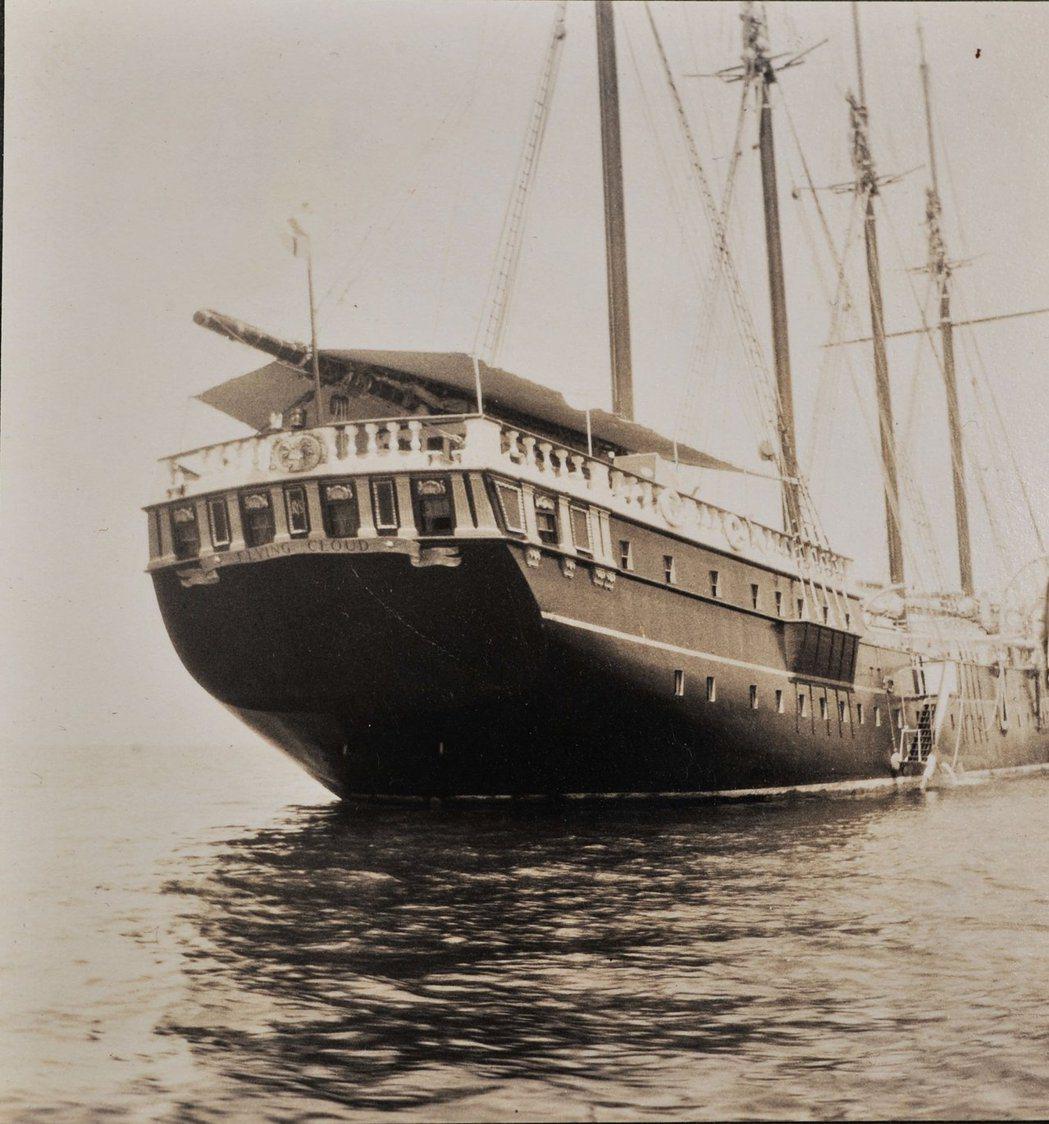 西敏公爵擁有一艘需要40名船員照料的頂級奢華帆船飛雲號(Flying Cloud...
