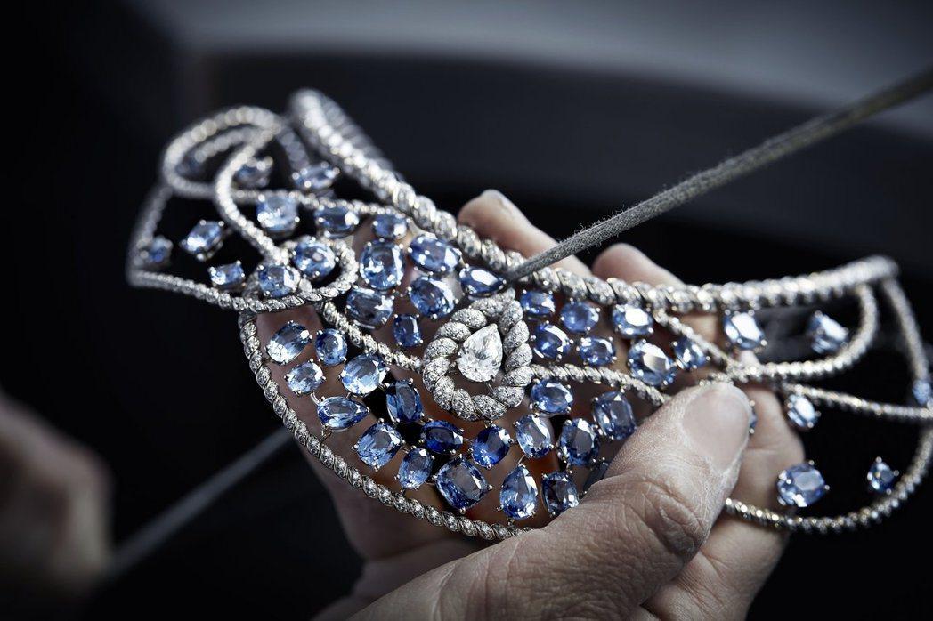 Turquoise Waters項鍊製作過程,18K白金鑲嵌藍色藍寶石及鑽石。價...