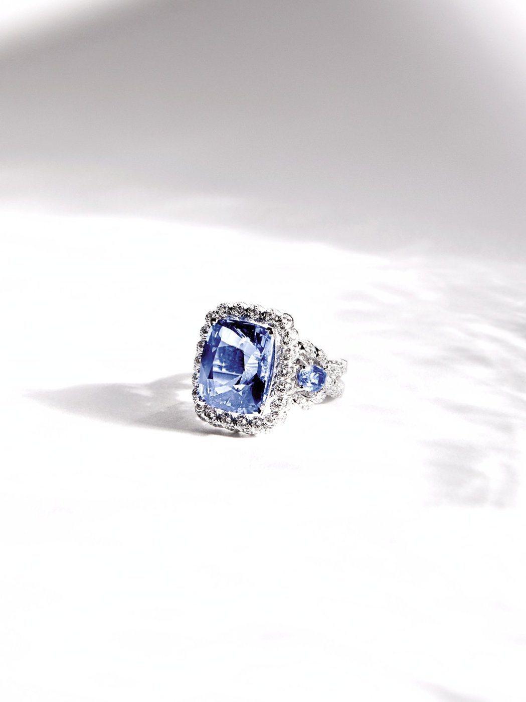 Turquoise Waters戒指,以18K白金鑲嵌12.39克拉枕形切割藍寶...