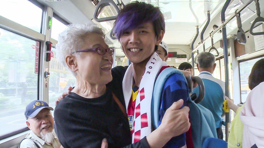 阿翔(右)公車遇到高齡粉絲。圖/TVBS提供