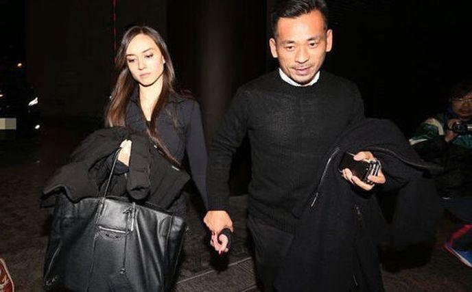 周焯華(右)在媒體前與Mandy「世紀牽手」。取材中國娛樂網