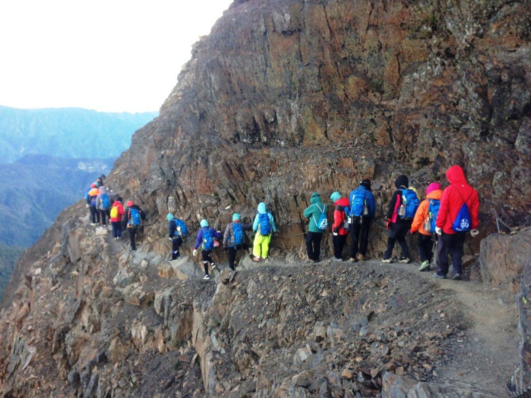 中州科大12名身心障礙學生同心協力攀登玉山。照片/隊員楊幸媚提供