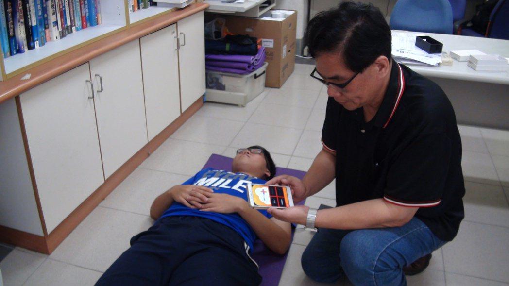 樹德科大資工系主任黃勇仁(右)父親3年前中風,促他研發智慧型照護床墊,可偵測長照...