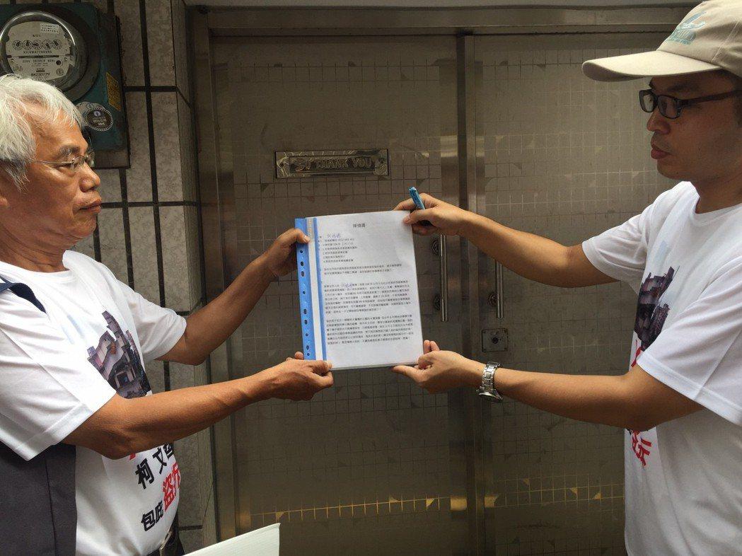 張權嶔(右)在台灣之聲負責人許榮棋(左)陪同下,在柯媽家郵筒投下陳情書。記者郭宣...