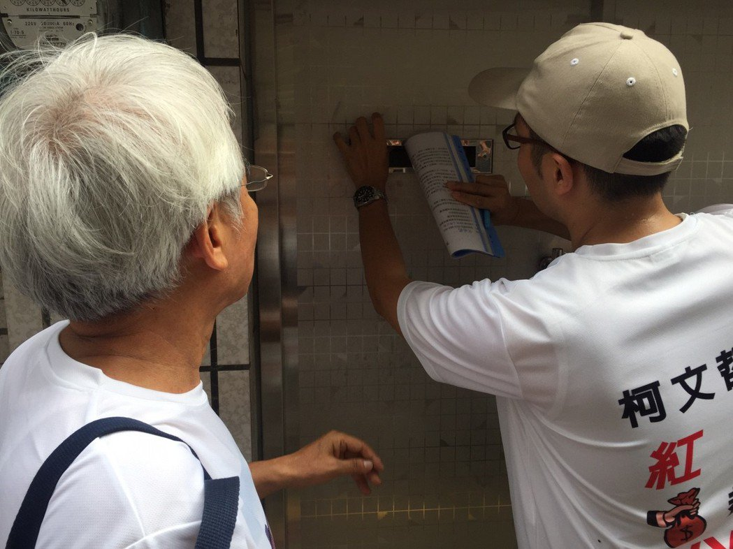 張權嶔投陳情書。記者郭宣彣/攝影台灣之聲負責人許榮棋