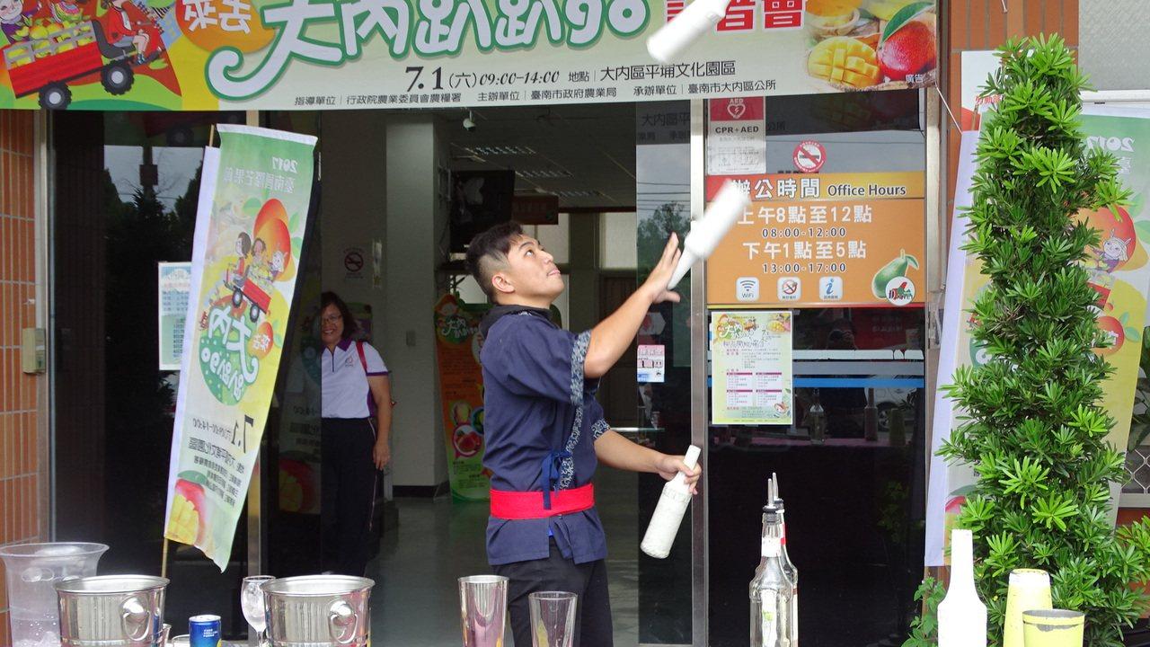 育德工家學生表演精彩調酒。記者謝進盛/攝影