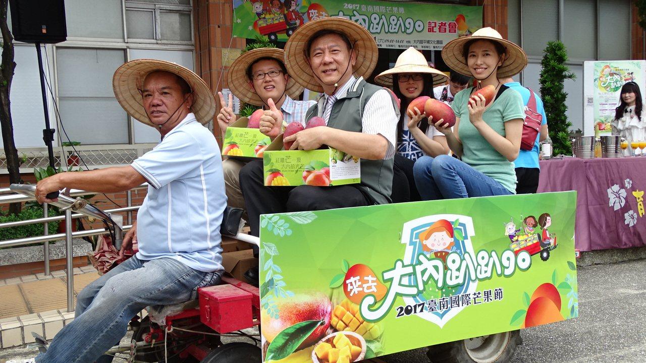 台南大內區公所將辦芒果節 「爬山虎」農用搬運車邀你搭。記者謝進盛/攝影