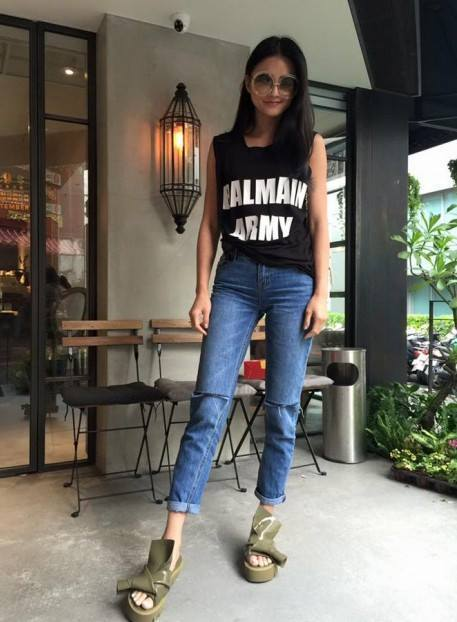 夏黃廉盈選穿N21#Kartell厚底拖鞋。圖/取自臉書